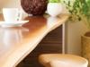 キッチンの作業台を兼ねたダイニングテーブルの天板はウォルナット無垢接ぎ板(耳付き)。クリア仕上げで自然の風合いを引き立たせている。