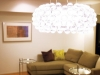 アクリルビーズが特徴的なスペイン人デザイナーのペンダントライト。壁側にダウンライトを追加して明るさを確保するなど照明計画を組み直した。