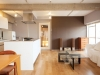 白×グレーを基調とした無機質な空間にも、オークのフローリングや手持ちの家具で温もりをプラス。