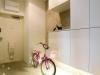 三姉妹の足跡が可愛い玄関。子供用自転車とご主人のクロスバイクが置けるほど広々としたスペース。