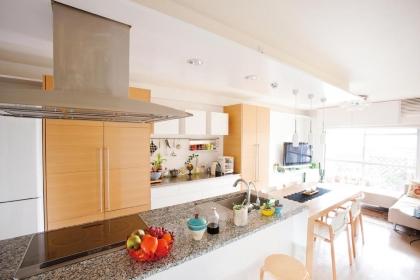 キッチンカウンターとダイニングテーブルを合わせると、全長4m30cmに。ゲスト参加型のおもてなしが楽しめる。