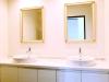サニタリースペースも新設。娘さん2人が一緒に洗面できるよう、洗面台を2台設置。エレガントなデザインの鏡は奥様がセレクトしたもの。