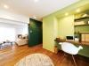 面採光のLDK。開放感にこだわり、扉は寝室のみという明るく開放的な空間。爽やかなグリーンのペイントと濃いグリーンの黒板壁が部屋のアクセントに。