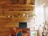 LDK。広さはそのまま、天井はコンクリート現しで高さを上げ、視覚的な広がりを確保。L字型造作キッチンはオリジナルデザイン。古材を張りディスプレイ棚を取り付けた壁面はアンティークの趣が漂う