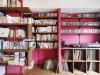 ご主人の書斎兼寝室。メキシカンピンクをイメージした収納棚は、柱の凸凹をうまく活用しタモ材で造作。