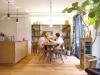 造付けのオープン棚や、無垢板の床の色、アンティーク家具の風合いが心地よくマッチ。