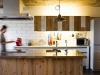 キッチン白タイルの茶色の目地は、カフェの外観に使われていたものを参考にした。