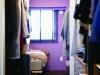寝室はラベンダー色に。LへとつながるWCLを設け、回遊性のある間取りに。 設計:山田 悦子(atelier etsuko)