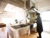 ステンレスのキッチン。位置は変えず仕切りをなくし開放感のあるLDKに。