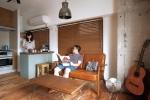 コンクリート壁とミモザの無垢フローリングに味わいのある家具がマッチ。