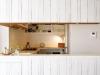 カフェをイメージしたU型キッチン。存在感のあるキッチンカウンターはランダムな羽目板で造作した。