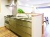 オープンキッチン。カウンター部分の立ち上がりは、ダイニング側から手もとが見えないよう目隠しの役目が。
