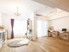 白基調のインテリアは、シャンデリアや窓まわりのファブリックでガーリーなフレンチスタイルを演出。