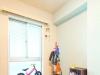 壁一面を水色のアクセントウォールにした子供部屋。