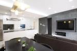 高級感のあるアムスタイルのキッチンを主役に、白×グレー×シルバーのインテリア。