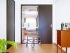 夫婦それぞれの個室には双方から出し入れ可能な収納スペースを設け、風通しにも考慮。