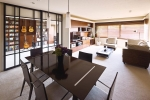 LDKと楽器演奏用スペースの仕切りとなる、天井まである引き戸は、天井を高く見せ、開放感をアップする効果も。