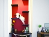 猫用階段をリビングの一角に設置。寝室の本棚に設けた出口に続いている。