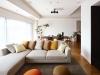 リビングのインテリアはすべてデザイナーがセレクト。シンプルな白壁が家具を引き立てている。