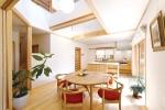 吹き抜けにした開放感あるLDKは、床や建具、キッチンまで無垢材を使用した上質な空間に。