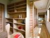 LDKを見下ろせる渡り廊下でつながる2ヶ所の書斎には、収集した絵を季節ごとにディスプレイ。