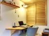LDKの一角に設けたPCコーナー。木目が際立つ収納扉も、空間デザインの一部に。
