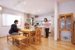 床は無垢フローリング、壁はシラス自然壁塗り仕上げで自然素材を中心に選定。