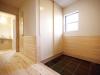 客人を迎える場所としてスペースを広くとった玄関。土間は黒御影のみがきを使用。