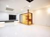 もともとあった和室が、白いリビングのなかに活かされ洗練された空間に。