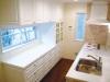 家具調の対面式システムキッチン。