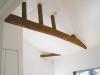 天井を落として現れた梁をそのまま活かして、古民家風に。勾配天井の高さが開放感を生み出している。