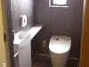 手洗い器から壁づたいに伸びるカウンターは造作。設備をコンパクトにまとめスペースを広くとっている。