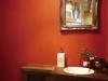 鮮やかな赤い壁が印象的なパウダールーム。アンティーク調の洗面ボウルや水栓をセレクトし、ヨーロッパの雰囲気を演出。