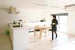 キッチンカウンターをL字にのばした壁沿いの収納は、施主のお気に入り