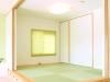 客間用の和室窓には、壁や畳の色と合わせた和紙ブラインドを採用。腰掛けられる段差の床下は大容量の収納に。