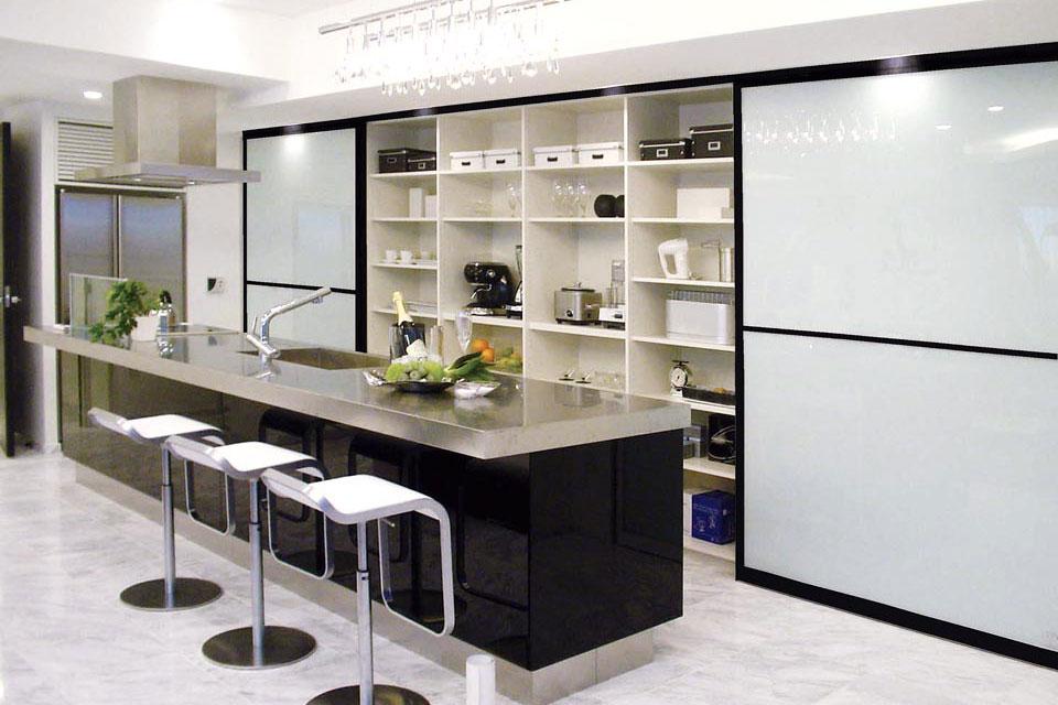 キッチンバックに 大きな収納場所を確保、キッチンバックとの 効率的な作業スペース