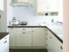 アイボリーペイントのフレンチシックなL型キッチン。ワークトップとK壁には同タイプのタイル貼り。