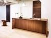 地下1階打合せスペースには、世界中から取り寄せた無垢板を展示。オーダーキッチンや造作家具は日本屈指の家具職人が製作している。