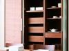 可動式の棚板や引出しにたっぷりと食器類を収納できる。