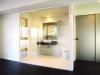 空間を広く見せるため、サニタリースペースはガラス張りに。内部にブラインドを設置。