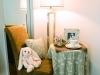 室で読書をしたり、お茶を飲んだり、くつろぎのひとときをイメージ。MAISON DE FAMILLEのアイテムが上質な空間を演出。