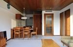 床をカーペット、天井を木にすることで、オールドアメリカンのホテルのような温かみのある雰囲気に。キッチンの建具、ドアなどもすべてオーダーメイド。