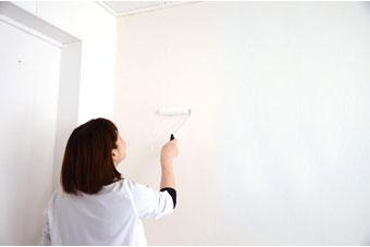 1.壁にのりを塗る ローラーハケで、壁紙1巾分より少し広めの面積にのりをたっぷり塗る。