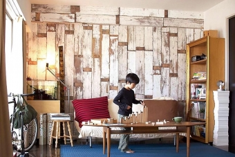 事例:オランダ人「ピート・ヘイン・イーク」デザインのSCRAPWOOD WALLPAPERシリーズをリビングに。壁は縦使い、天井梁型は横使いにし、梁の出張りを目立たせなくしている。不動の人気を誇るシリーズだ。