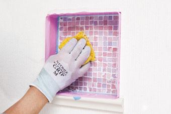 7.余分な目地材を拭く 一通り目地材を詰めたら、水で湿らして硬く絞 ったスポンジで、余分な目地材を拭き取る。