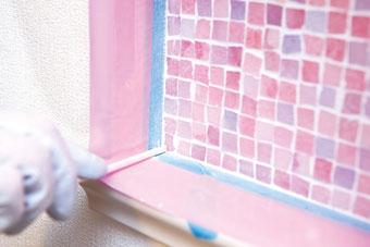 8.四隅を押える 四隅の角にたまった目地材を、割り箸などを利用して取り除く。この一手間できれいな仕上がりに。