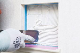 2.接着剤を塗布する タイルを貼る面に櫛目ゴテで必要量の接着剤を塗布し、櫛目を引いて均一の厚さにする。
