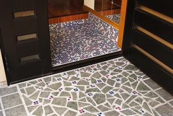 事例2:中古戸建の玄関を夫婦でDIYリフォーム。たたき部分に、手持ちのグレーのタイルとカラフルなモザイクタイルを組み合わせてデザイン。屋内と屋外につながりを持たせ、楽しい玄関が完成した。