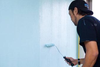 5.2回目を塗る 2、3と同様にハケで隅を丁寧に塗り、ローラーハンドルで全体を塗り潰す。