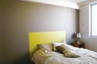 事例2:マスキングテープを効果的に使えば、部屋のアクセントとなるような塗り分けをすることもできる。事例2では、マスキングでまるでベッドヘッドのようなスペースをつくったアイデア!